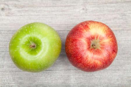 manzana roja: manzana roja y verde en la mesa Foto de archivo
