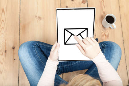 send: send an e-mail on laptop