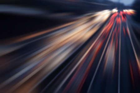 snelle auto's op de snelweg in de avond