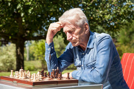 jugando ajedrez: Los pensionistas jugando al ajedrez