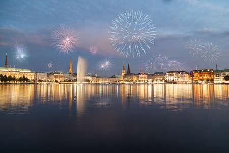fuegos artificiales: Hamburgo con los fuegos artificiales