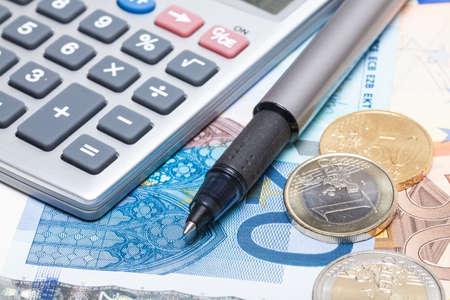Kapesní kalkulačka a Euro peníze