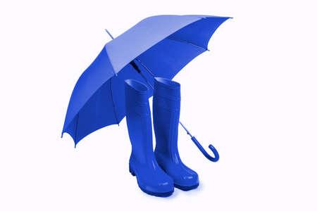 isoliert: Blauer Regenschirm und Gummistiefel Freisteller