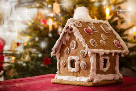 Gingerbread house with stars in background Standard-Bild