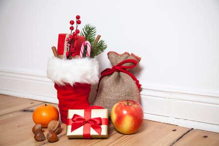 botas de navidad: Papá Botas (St. Nikolaus) en suelo de madera