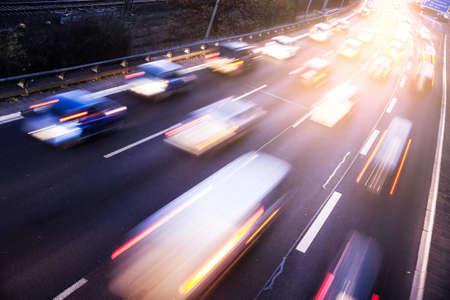Het verkeer op de snelweg met lichteffect