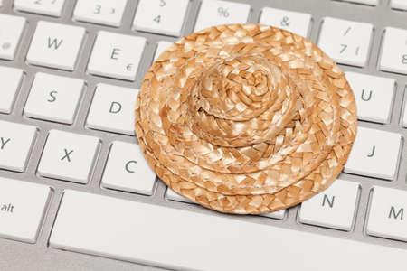 chapeau paille: Chapeau de paille sur le clavier Banque d'images