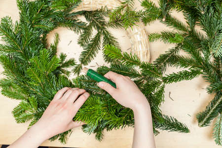 to tinker: Tinker a Christmas wreath (Step 7) Stock Photo