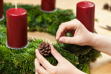 advent wreath: Decorate an advent wreath with pinecone