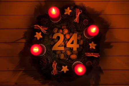 advent wreath: Corona de Adviento con velas encendidas