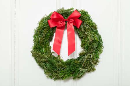 advent wreath: Corona de Adviento con lazo rojo