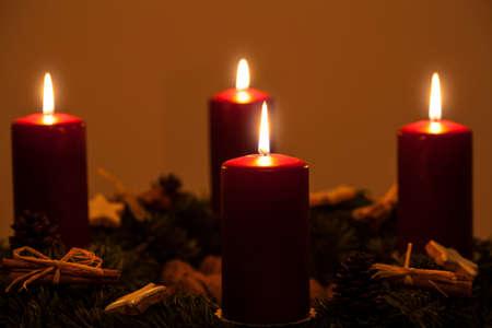 advent wreath: Corona de Adviento con cuatro velas Foto de archivo