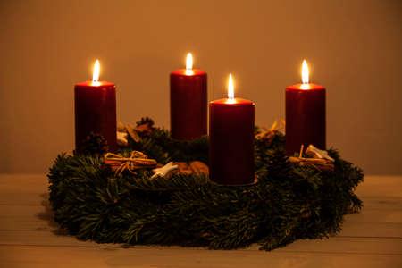 corona de adviento: Corona de Adviento con cuatro velas Foto de archivo