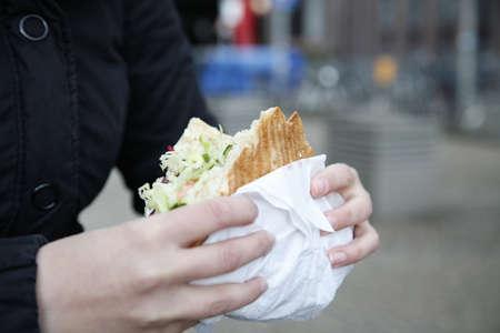 Frau hält einen Döner Kebab Standard-Bild - 71289978