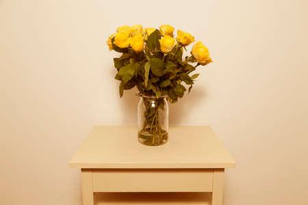 Gele rozen in vaas