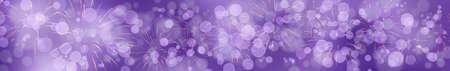 Violetter Silvesterhintergrund mit Feuerwerk und Bokeh Effekt im breiten Format