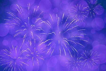 Blauvioletter Silvesterhintergrund mit Feuerwerk Standard-Bild