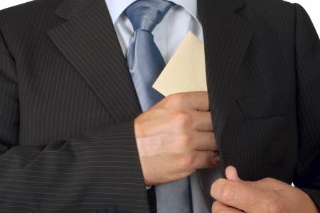 corrupcion: Hombre de negocios que pone un sobre en el bolsillo de su chaqueta - concepto de soborno