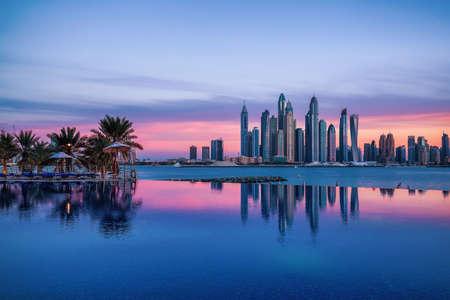 Panorama di Dubai Marina al tramonto con una piscina di fronte Archivio Fotografico - 95951787