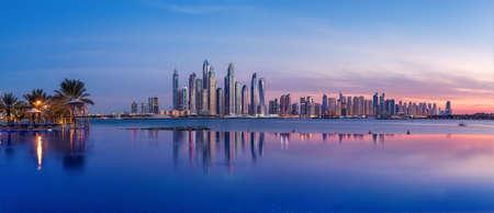 Panorama di Dubai Marina al tramonto Archivio Fotografico - 95964526