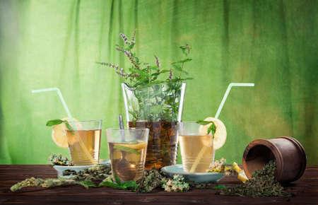 Thé à la menthe maison avec citron sur fond vert Banque d'images - 98464029