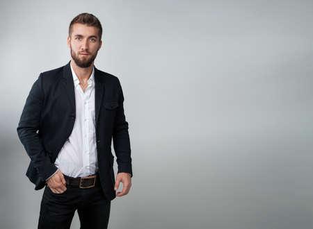 Homme d & # 39 ; affaires attrayant sur un fond blanc et gris Banque d'images - 98464041
