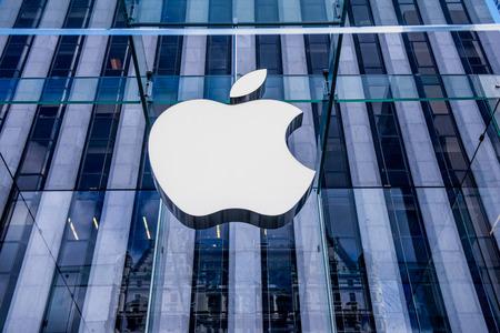 뉴욕시, 10 월 애플 로고 애플 스토어의 유리 입구 에디토리얼