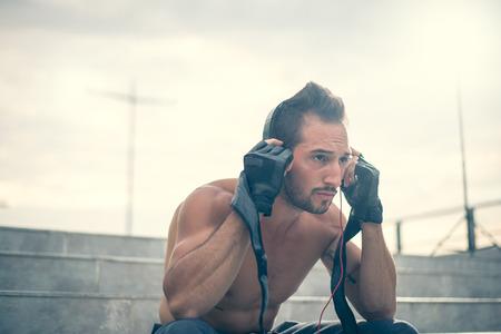 cielo azul: Primeros motivado para entrenar duro, escuchando la m�sica con los auriculares puestos y guantes para trainning. Enfoque selectivo