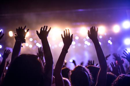 Eine Menge von Menschen zu feiern und feiern mit ihren Händen in der Luft, um eine ehrfürchtige Dj. Hohe ISO-körniges Bild. Standard-Bild - 44806407