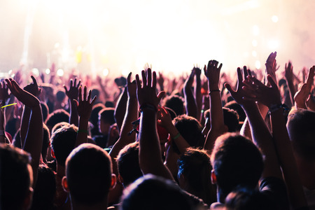 음악 축제에서 제기 손 및 조명은 무대 위에서 아래로 스트리밍 대상. 소프트 포커스, 흐린 운동. 스톡 콘텐츠