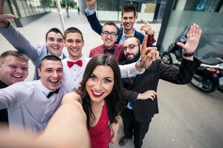 Selfie van de succesvolle elegante business team. Selectieve aandacht, ondiepe scherptediepte. Stockfoto