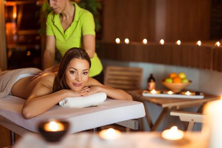masajes relajacion: Recortar foto de una atractiva joven que disfruta de un masaje relajante en el spa. enfoque selectivo.