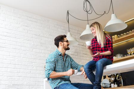 uomo felice: Colpo di una coppia che gode di una pausa caff� insieme.