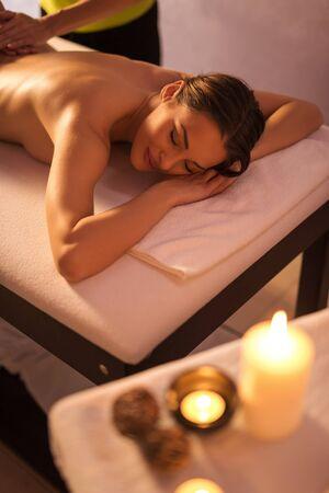 massage: tir tondu une jeune femme s�duisante en profitant d'un massage relaxant au spa. mise au point s�lective. Banque d'images