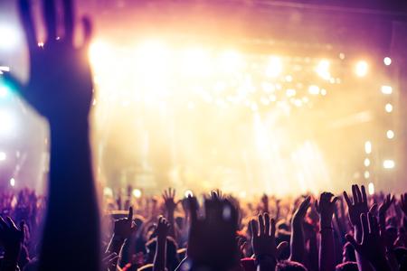multitud de gente: borrosa multitud de manos que celebran su dj o grupo favorito. Enfoque suave.