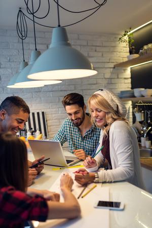 小さなビジネスを始める若いデザイナーのグループのショット。選択と集中。