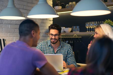 reunion de trabajo: Disparo de un grupo de jóvenes diseñadores a partir de una pequeña empresa. Enfoque selectivo.