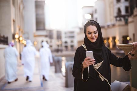 그녀의 휴대 전화에 이슬람 여자 메시징.