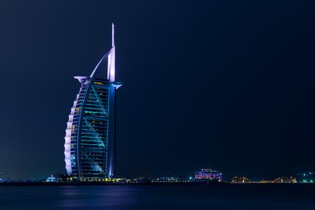 Luxueuze hotel Burj Al Arab gefotografeerd door 's nachts. Stockfoto