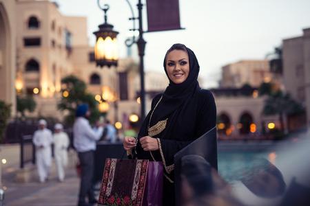 Moslim vrouw die van winkelen tijd in de stad. Stockfoto