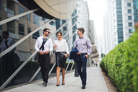 Elegant ondernemers lopen in een moderne stad.