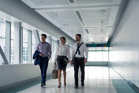 les gens élégants bénéficiant d'un voyage d'affaires ensemble. Banque d'images