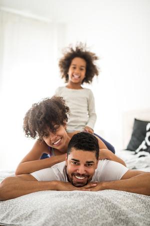 Close-upportret van een leuke familie die van tijd samen genieten.