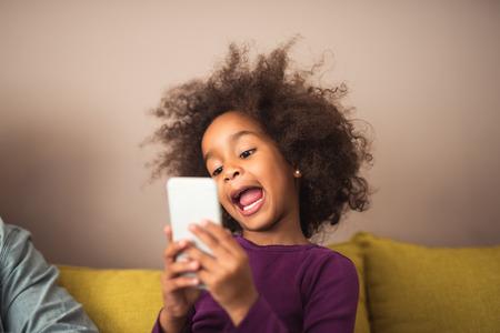귀여운 아프리카 계 미국인 아이 만들기 미친 셀카. 스톡 콘텐츠