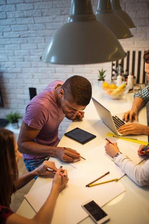 jovenes empresarios: Los j�venes empresarios que trabajan juntos en casa.