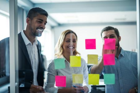 Collega's met een brainstormsessie in een kantoor. Stockfoto