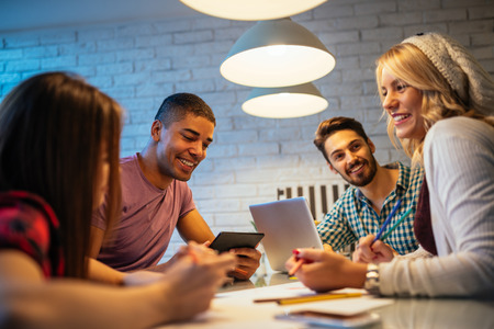 jovenes empresarios: Los jóvenes empresarios que trabajan juntos en casa.