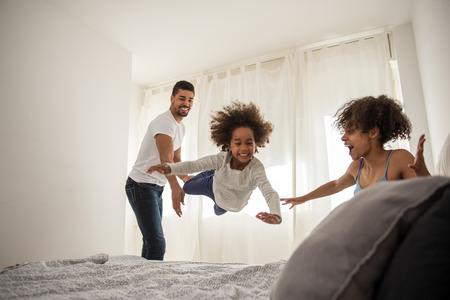 papa y mama: familia afroamericana que se divierten juntos en casa.