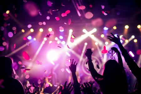 군중 손을 올리고 큰 축제 파티를 즐기고.