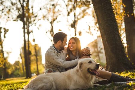 Partem de passar tempo com o cachorro ao ar livre.